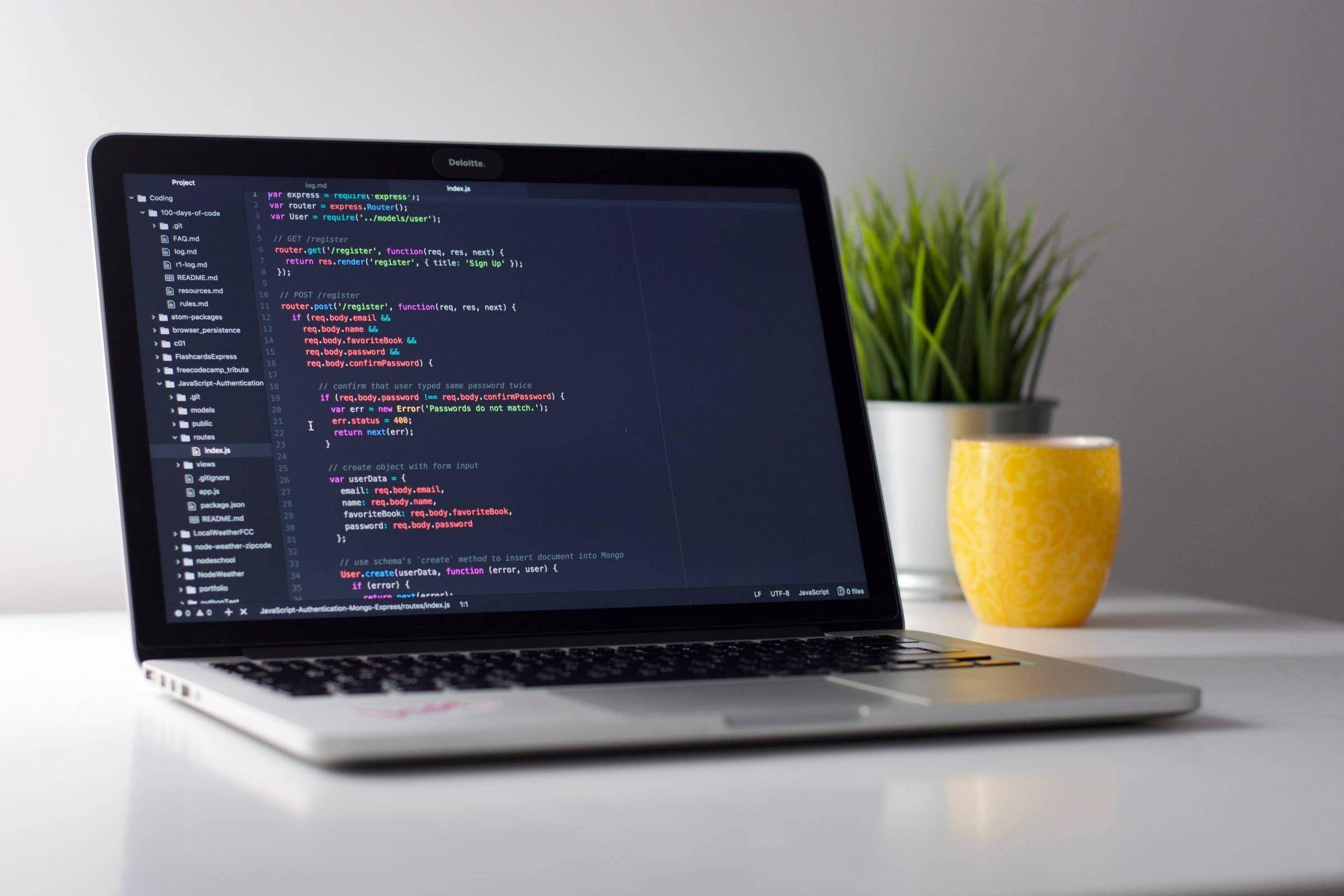 Computador aberto mostrando códigos de programação