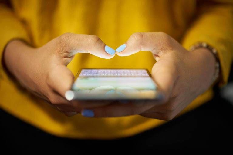 Mulher usando aplicativo em celular